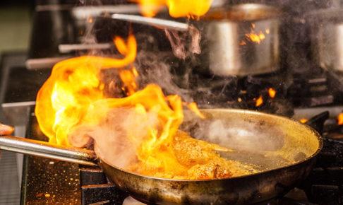 毎日が熱帯!厨房に効いた冷房、エコウィンハイブリッド!
